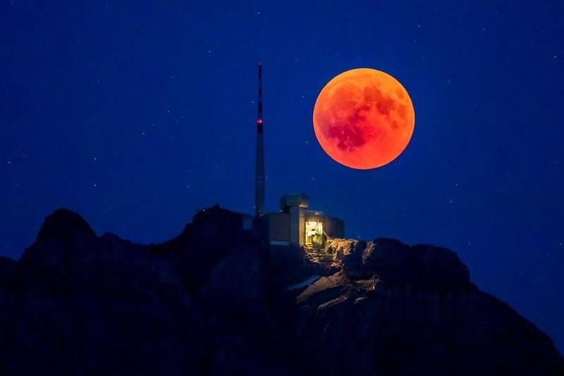 Luna de sangre en Suiza Foto: EFE