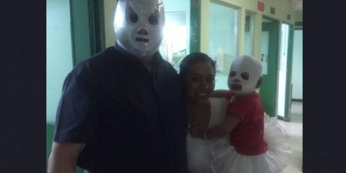 """Médico del Hospital General usa máscara para """"animar"""" a niña que necesita vendajes especiales"""