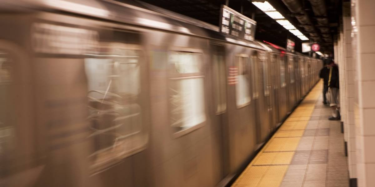 Asesinato-suicidio: conversaban tranquilamente en el andén del metro y cuando se aproximaba el tren la tomó y la arrastró directo a las vías