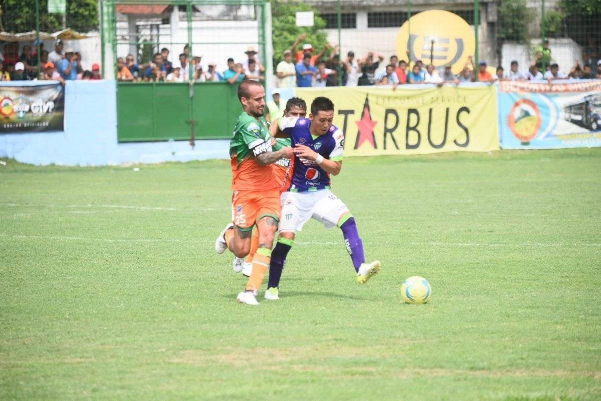 Kevin Arriola y Pablo Mingorance en un partido entre Siquinalá y Antigua