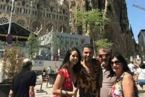 Danna junto a Jencarlos Canela y los padres del cantante en Barcelona
