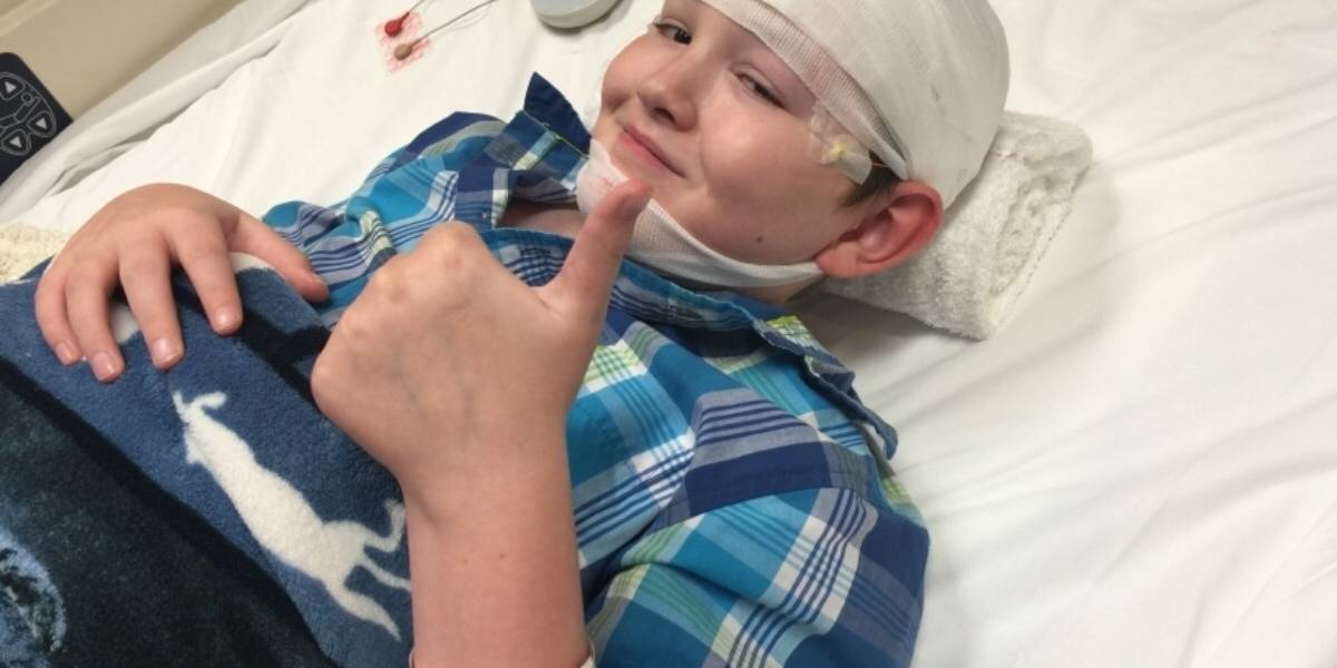 """Niño de 12 años sufre extraña enfermedad que convierte su piel """"en piedra"""""""