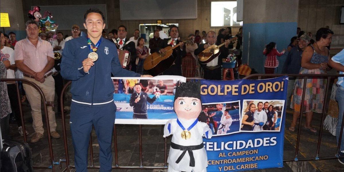 VIDEO. ¡Qué recibimiento, con mariachis y piñata, bienvenido campeón!
