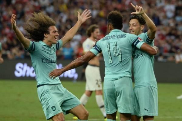 Los jugadores del Arsenal celebran uno de sus tantos ante el PSG
