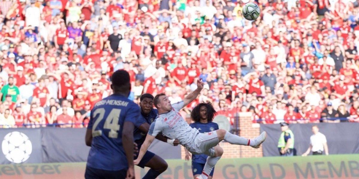 Shaqiri debutó en Liverpool y dejó en último plano a un opaco Alexis con un golazo de chilena en la victoria ante el United