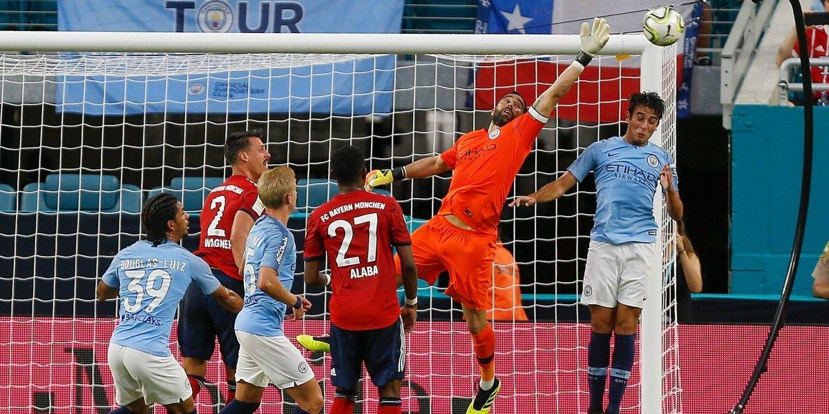 Claudio Bravo nuevamente fue titular y capitán en Manchester City