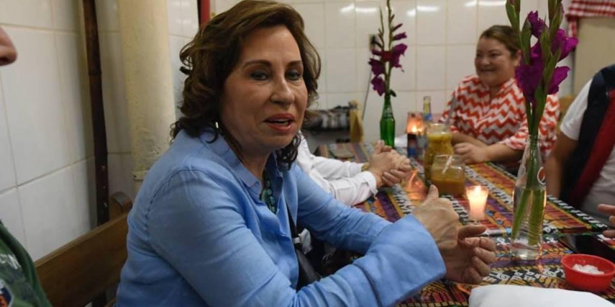 VIDEO. Sandra Torres se sube a la ola de almorzar en el Mercado Central