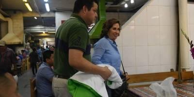 Sandra Torres y varios integrantes de la Unidad Nacional de la Esperanza almorzaron en el Mercado Central.