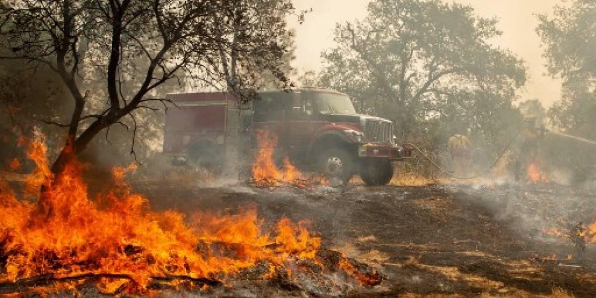 Vientos y sequía atizan letales incendios en California