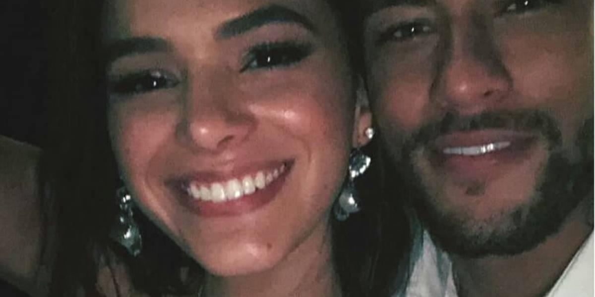 Bruna Marquezine se emociona no casamento da melhor amiga