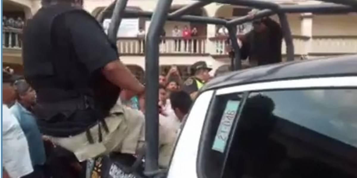 Video: Policía se cae de la patrulla y se vuelve viral