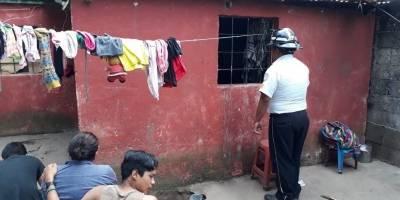 Muere atrapado en el balcón