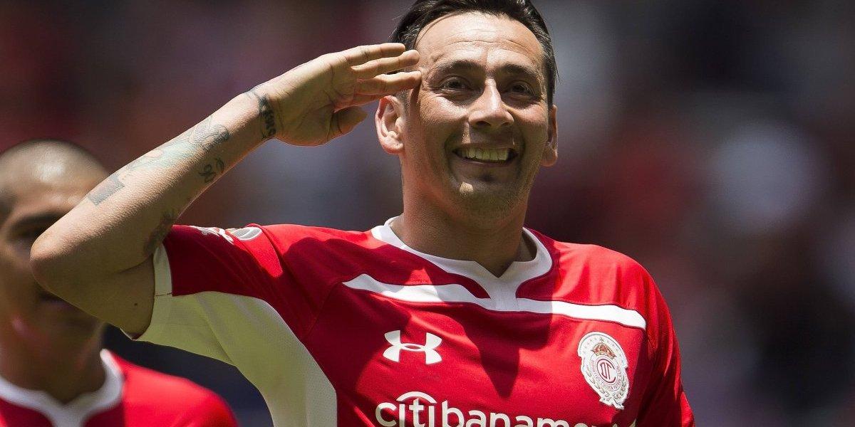 'Kun' Agüero posa con playera del Toluca obsequiada por Sambueza