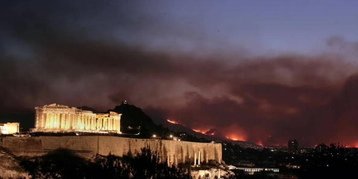 Regresó a buscar el gato de su amigo y quedó envuelto por las llamas: el Impactante video que muestra los feroces incendios que golpean a Grecia