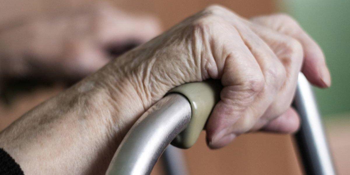 Mata a su abuela con demencia porque se aburrió de cuidarla