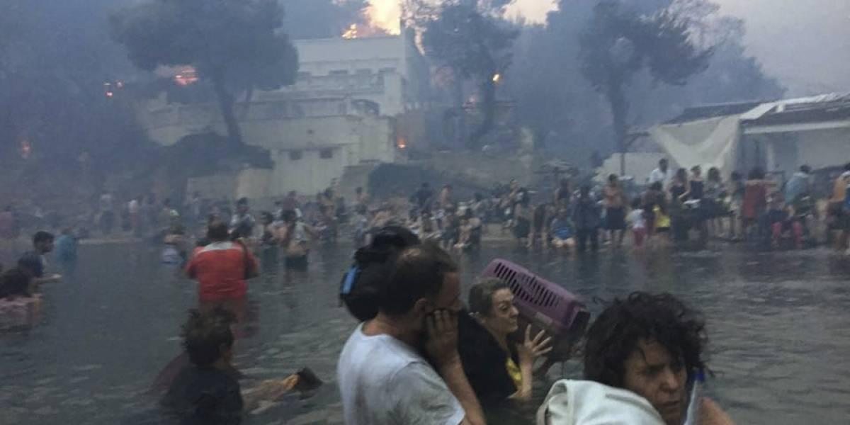Impactante video muestra cómo cientos de personas se refugiaron en el mar para sobrevivir al voraz incendio en Grecia