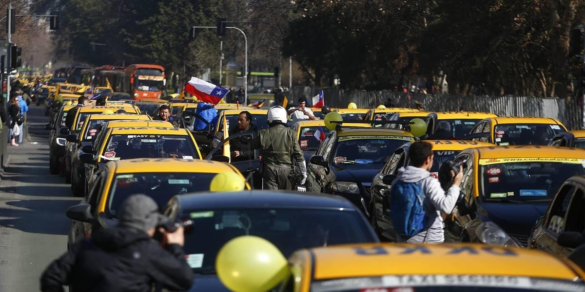 """Nueva Ley Uber y Cabify: Taxistas paran las calles y aseguran que """"busca más seguridad para los pasajeros"""""""
