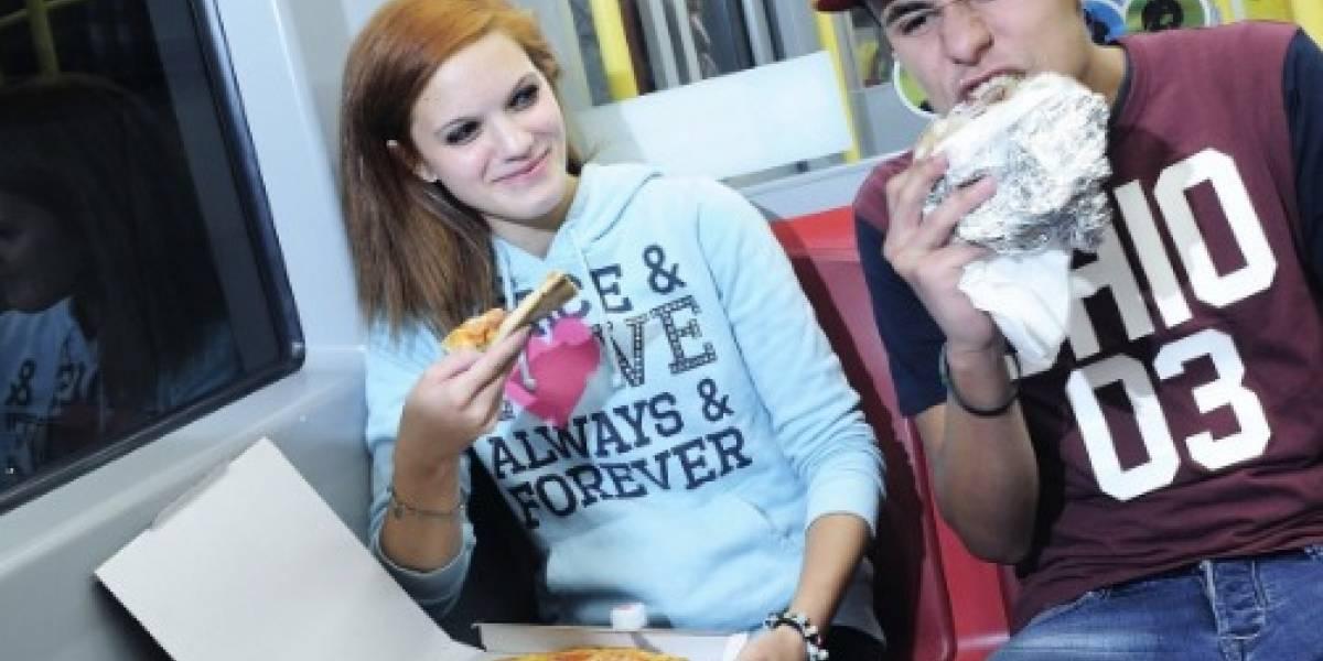 """La curiosa lucha contra el """"olor a humanidad"""": el metro de Viena reparte desodorantes y prohibe comer pizza en los vagones"""
