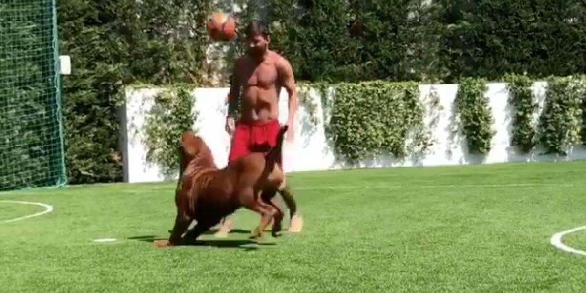 De férias, Messi brinca de driblar o cachorro; veja o vídeo