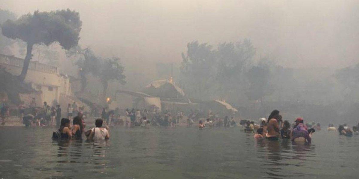 La gente se lanza al mar por los incendios