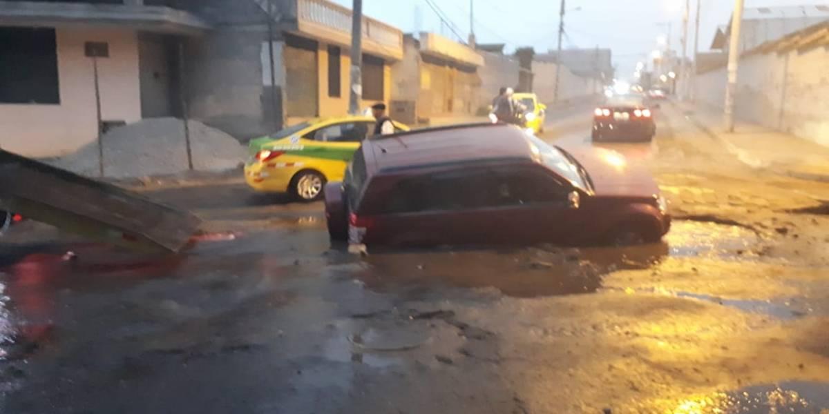 ¿Qué sucedió con el vehículo que sufrió daños tras hundimiento de tierra en el sector Carapungo?