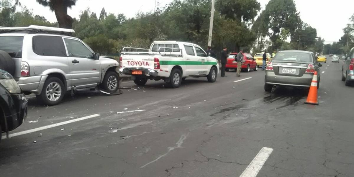 Choque múltiple provoca congestión vehicular en la avenida Mariscal Sucre