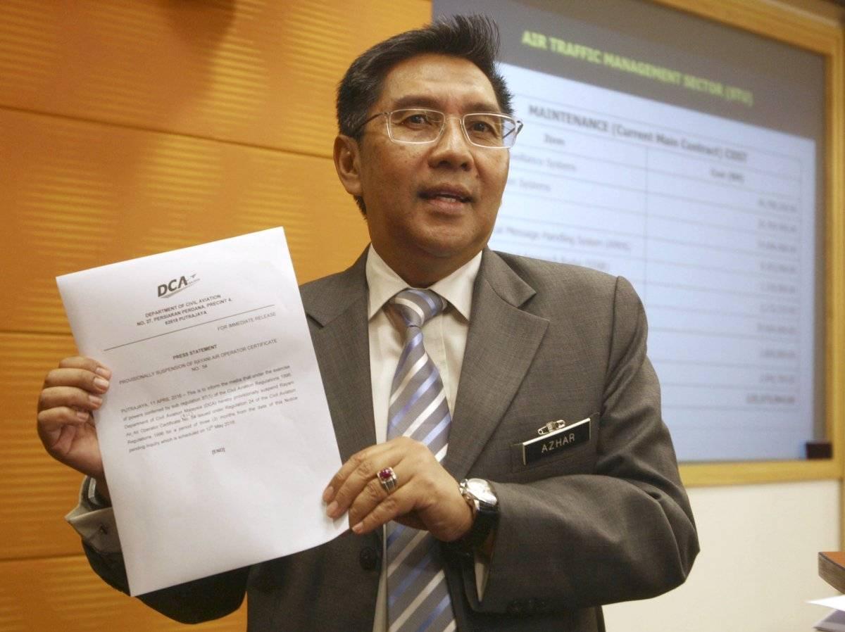 Azharuddin Abdul Rahman, presidente de la Autoridad de Aviación Civil de Malasia, muestra un comunicado a reporteros durante una conferencia de prensa en Putrajaya, Malaysia.