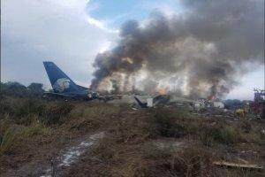 Reportan desplome de avión de Aeroméxico en el aeropuerto de Durango