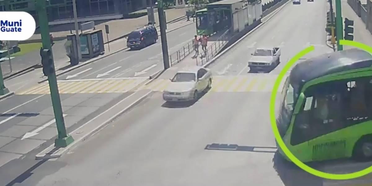 VIDEO. Transmetro colisiona contra vehículo; aseguran que conductor aceleró al ver semáforo en amarillo