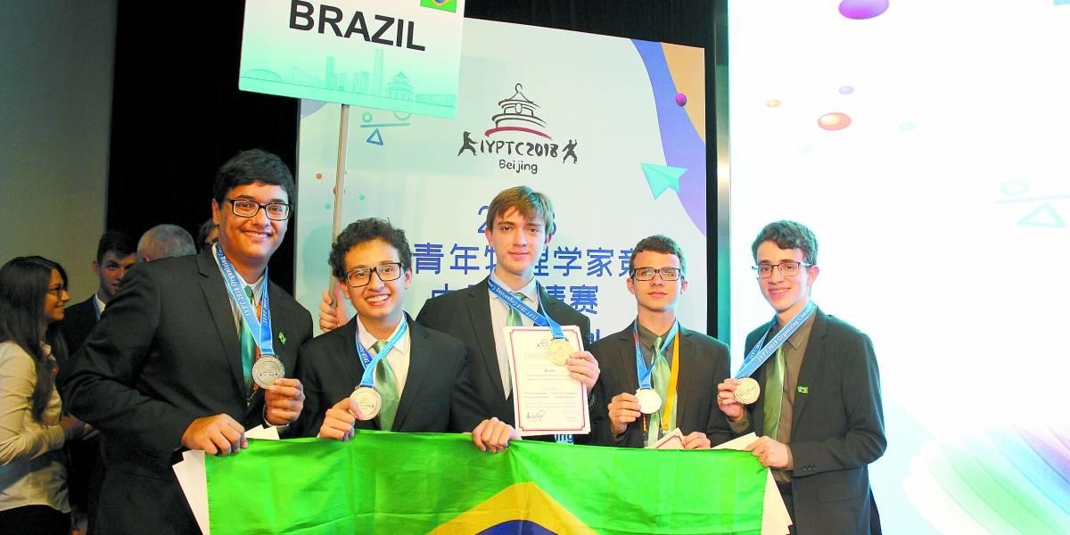 Estudantes ganham medalha de prata em Olimpíada de Física na China