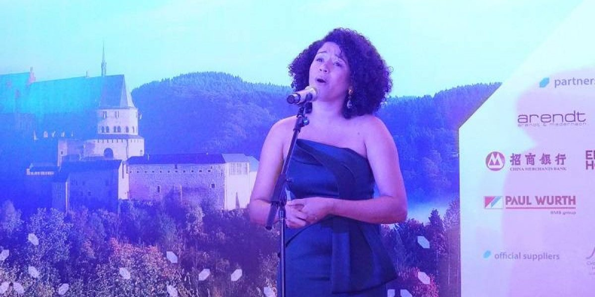 Soprano dominicana Stephany Ortega interpreta himnos de Luxemburgo, China y La Unión Europea