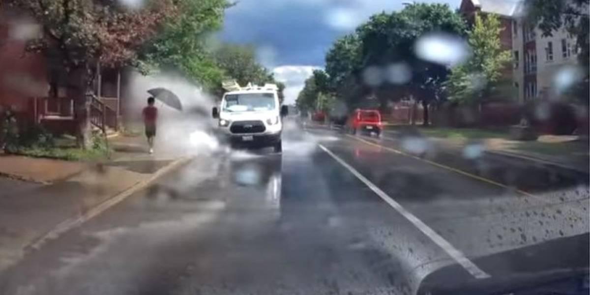 Motorista de van é demitido por passar em poças e molhar pedestres intencionalmente