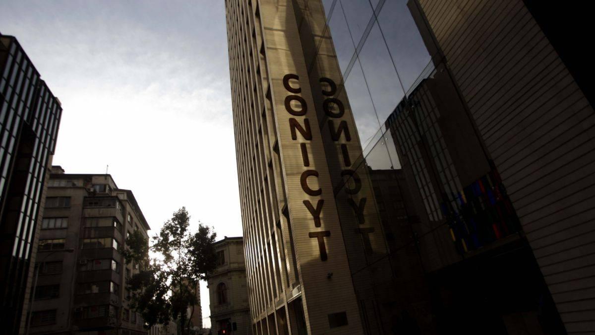 Investigadores chilenos siguen sin beneficios complementarios por déficit en Conicyt
