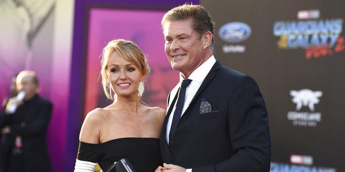 """Estrella de """"Baywatch"""" se casa con modelo 28 años más joven que él"""