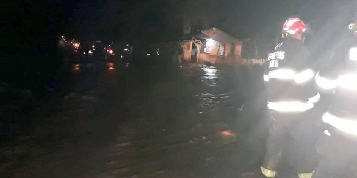 Bomberos continúan búsqueda de una persona arrastrada por el Río Pisque