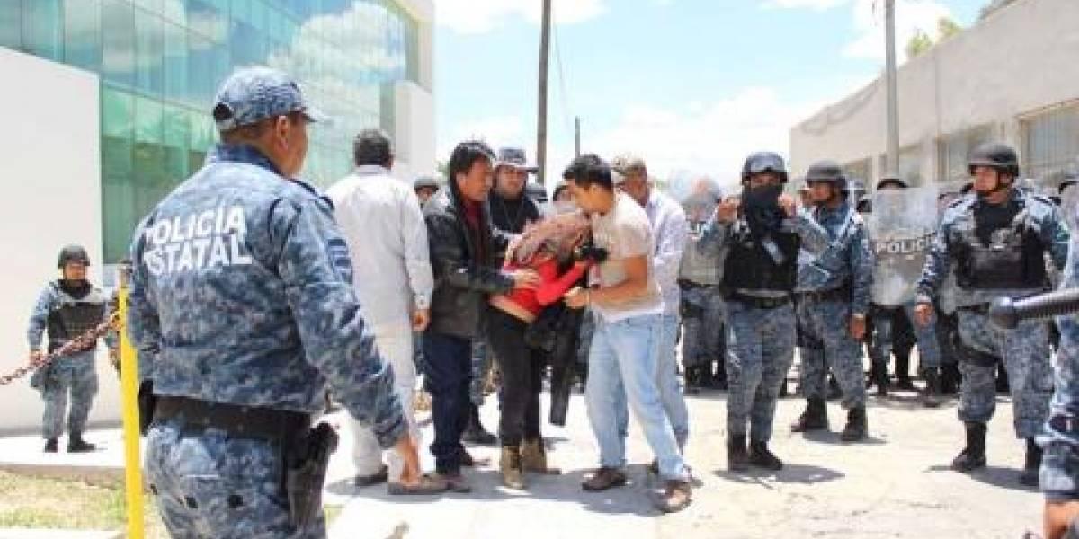 Entre protestas y represión diputados aprueban reformas de Fayad