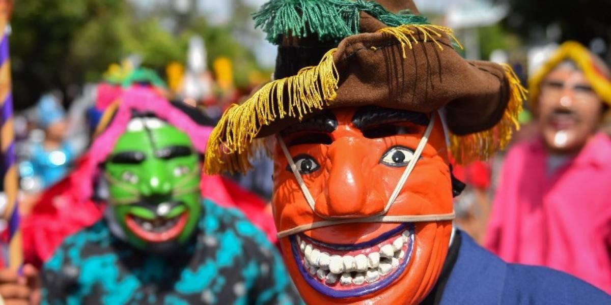 FOTOS. Salvadoreños inician fiestas patronales con un colorido desfile