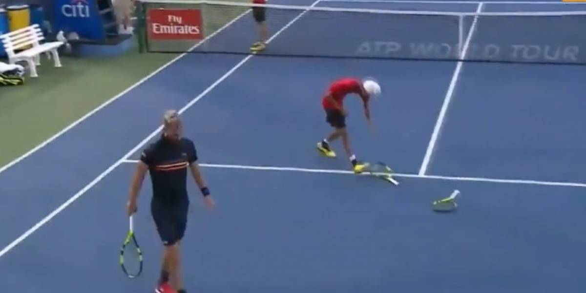 VIDEO: Tenista enloquece y rompe tres raquetas en pleno partido
