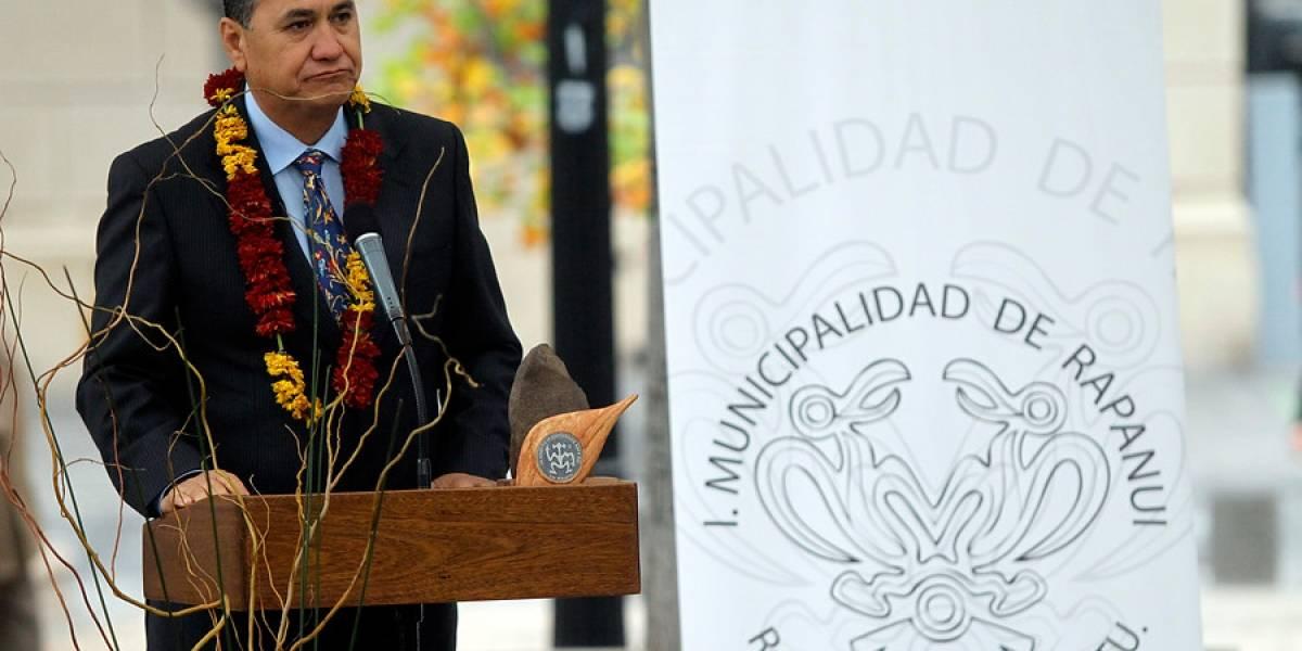 Combos iban, combos venían: detienen a alcalde de Isla de Pascua y a encargado de Parques Mau Henua