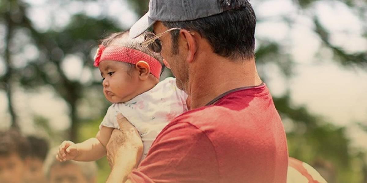 Arjona entrega títulos de propiedad a damnificados de Volcán de Fuego