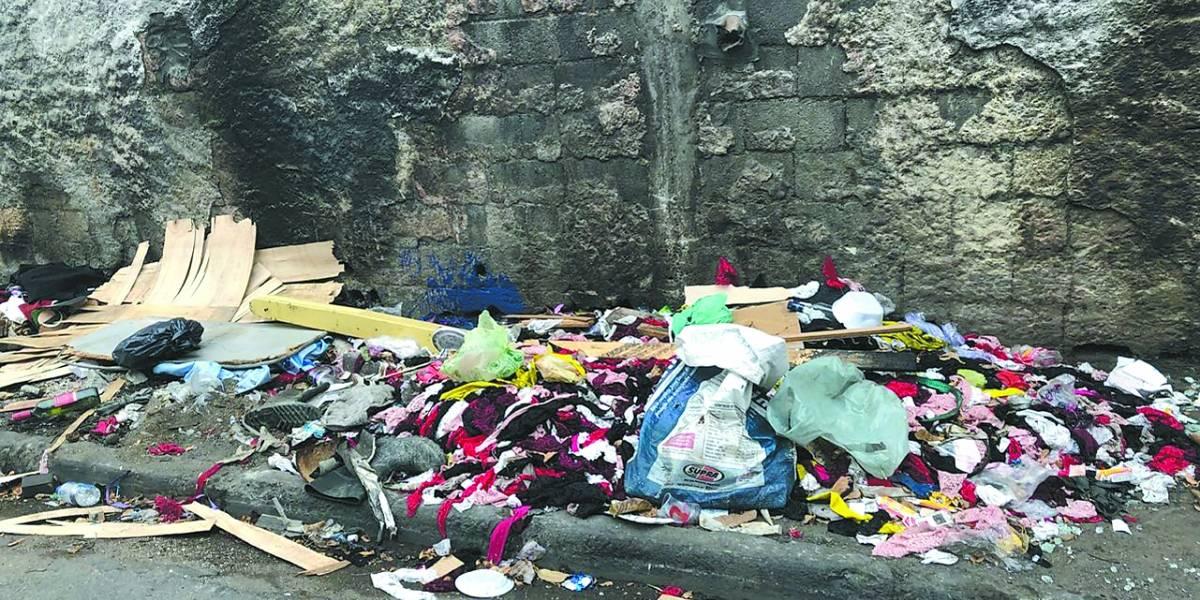 Lixo é queimado em ruas da Vila Guilherme, zona norte de SP