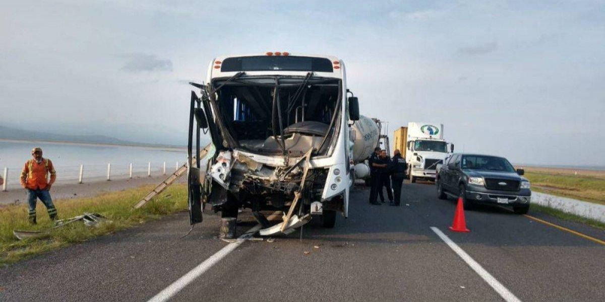 Dan de alta a 23 personas de accidente de autobus en Jalisco