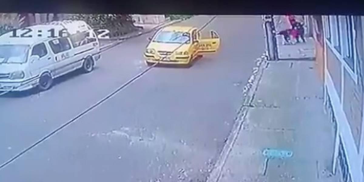 Video: a plena luz del día robaron a una joven mientras entraba a su casa en La Macarena