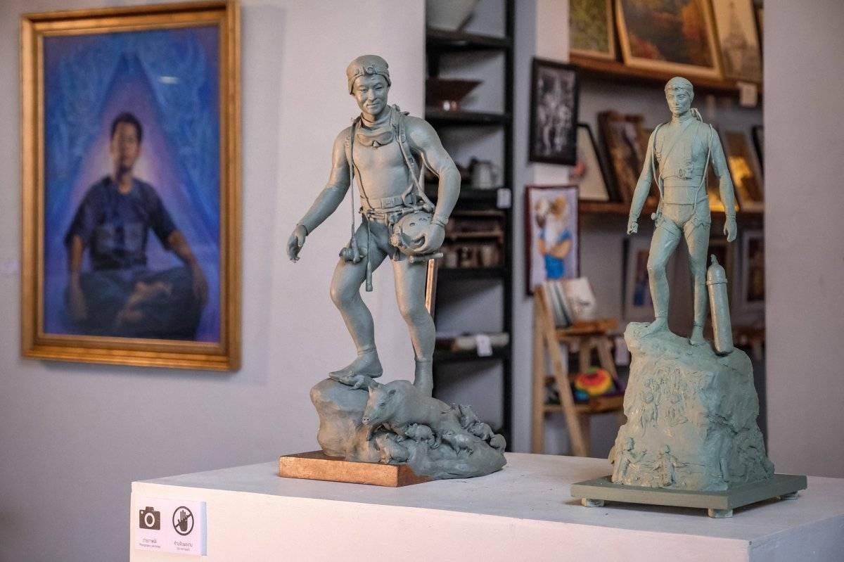 Una estatua del ex buzo de Navy SEAL, Saman Kunan, se exhibe en una exposición dedicada al exitoso rescate del equipo de fútbol