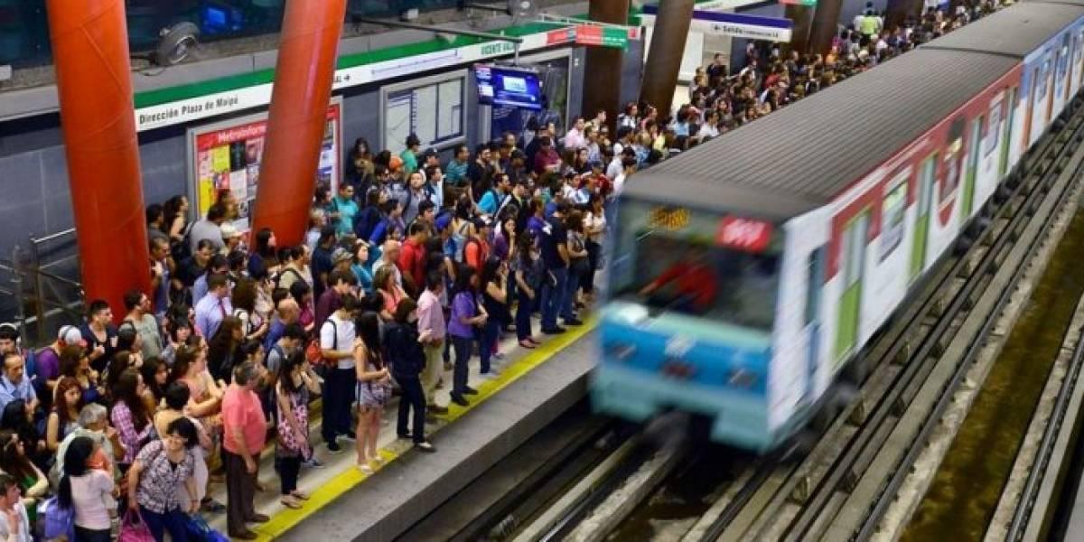 ¡Hagan esto en Chile por favor! Regalan miles de desodorantes a los usuarios del Metro para luchar contra malos olores