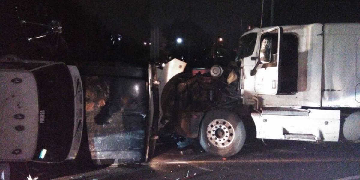 Choque entre tráiler y auto generan caos en la México-Querétaro