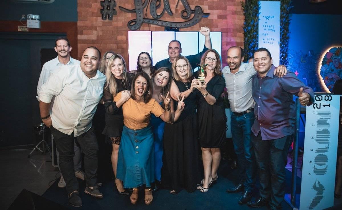 """A equipe do Comercial e Marketing do Metro/TV Capixaba/BandNews Fm ES comemorou o prêmio Colibri 2018, que elegeu o Metro Jornal o """"Veículo do Ano"""" em mídia impressa / Ciro trigo"""