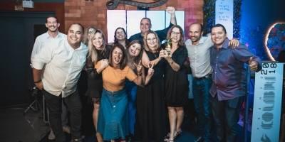 """A equipe do Comercial e Marketing do Metro/TV Capixaba/BandNews Fm ES comemorou o prêmio Colibri 2018, que elegeu o Metro Jornal o """"Veículo do Ano"""" em mídia impressa"""