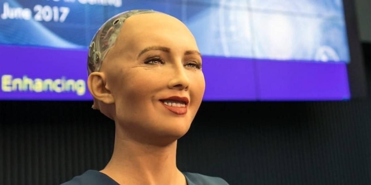 El androide Sophia y el líder de la cienciología: Las extrañas condecoraciones en Colombia