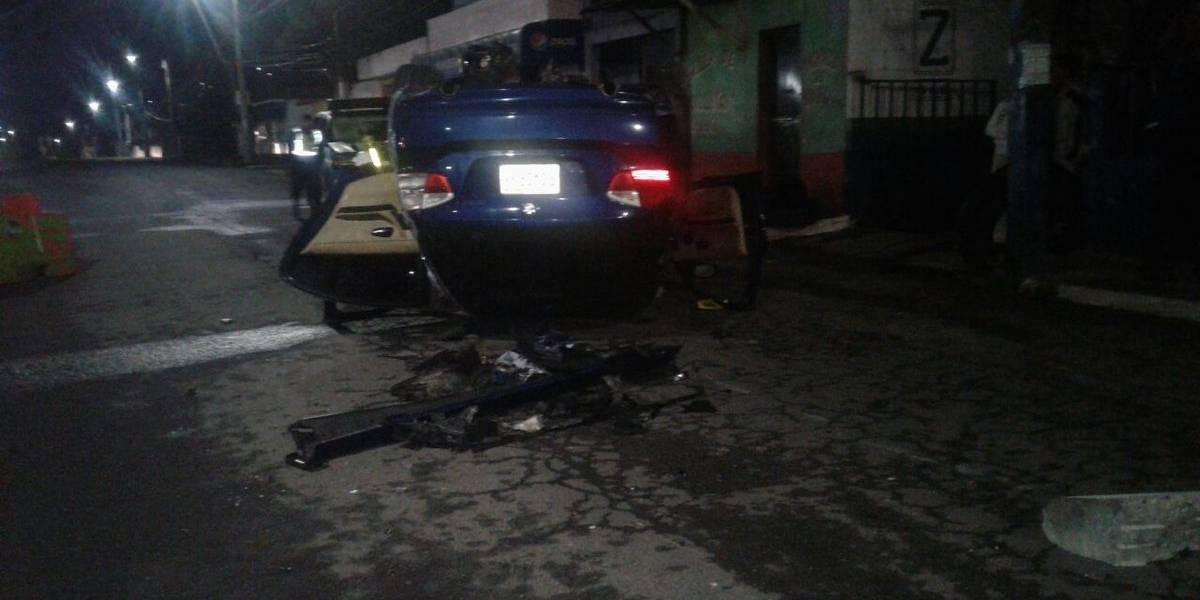 Conductor vuelca su vehículo y lo deja abandonado en Villa Nueva